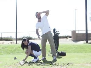 Девка поиграла в гольф и жахнулась со своим тренером