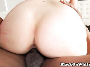 Чернокожий жеребец жахает белую пизду милфы
