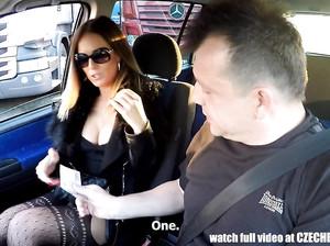 Сисястая дамочка попросила подвезти до дома и отсосала