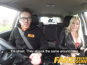 Сисястая блондинка в фейк такси сосет у водилы