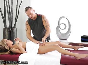 Умелый массажист довел клиентку до фантастического оргазма