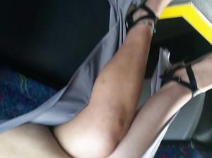 Дрочер снимает скрытой камерой под юбками у телок в метро