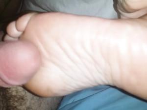 Дрочит ступнями ног стоячий пенис друга