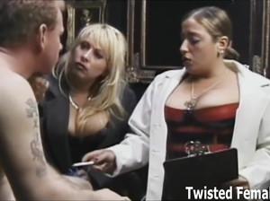 Женщины доминируют над мужиками и перевязывают гениталии им веревками