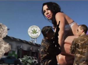Гигантские девки в шортиках бросаются танками