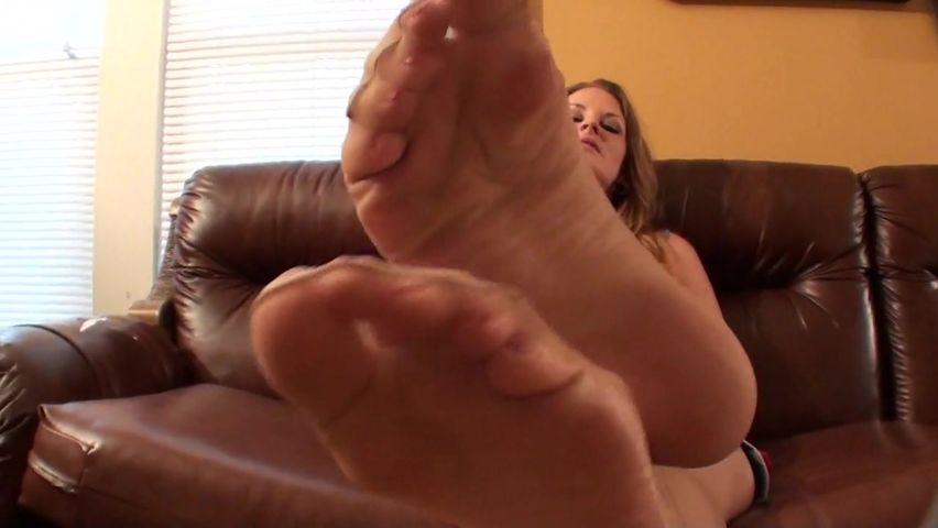 Она показывает свои ступни ног порно