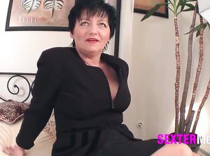Русская сисястая тетка в чулках ласкает сама себя