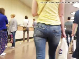 Попка русской цыпочки в джинсах заводит дрочера