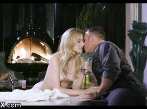 Богатая цыпочка наслаждается сексом в роскошной ванной