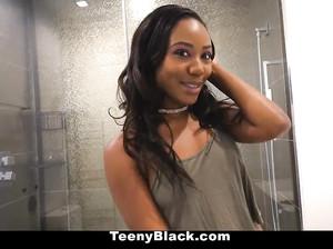 Чернокожую молодую красотку трахают от первого лица