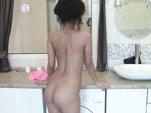 Миниатюрная тайка мастурбирует на кухне