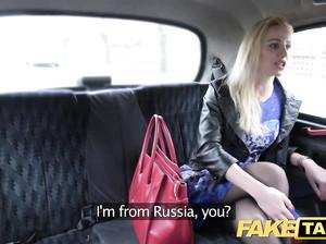 Красивую сучку в чулках выебали в фейковом такси