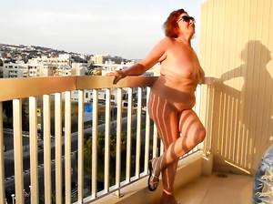 Жирная грудастая бабка ходит голая по улице