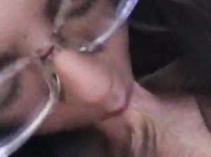Жанна в очках делает смачный минет на камеру