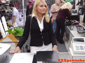 Девушку в строгом костюме трахают на работе