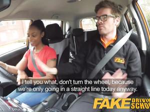 Молодую стройную мулатку выебали в фейк такси