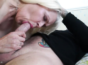 Активная бабулька трахается с молодым соседом