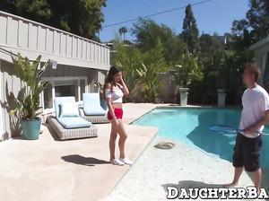 Девушка отсосала у бассейна и дала у себя в спальне