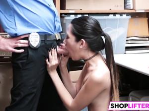 Девку трахает раком охранник магазина у себя в подсобке