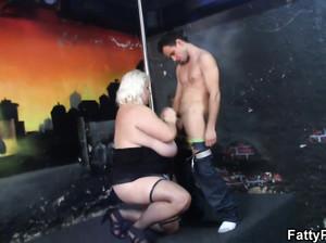 Нереально жирная баба с большими висячими сиськами сосет у парня