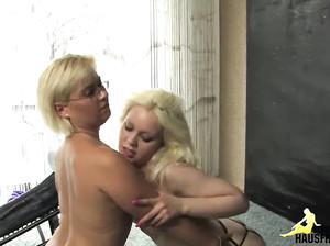 Молодая лесбиянка пришла к старушке на кунилингус