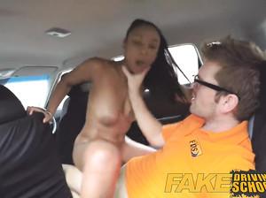Мулатка в фейк такси соснула у взрослого водилы