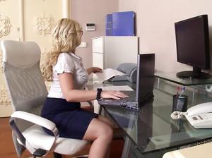 Роскошную секретаршу блондинку начальник и зам ебут в жопу