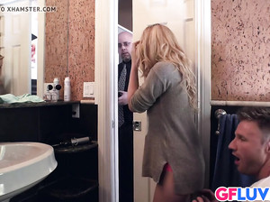 Пока муж ждет за дверью, девка изменяет ему в туалете