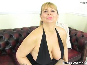 Старая жирная женщина ласкает свою пухлую пизду