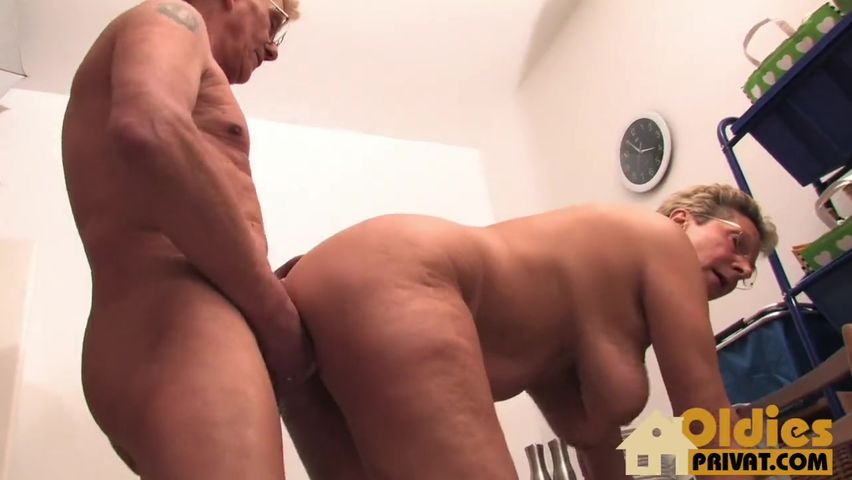 Дед с бабкой в лесу порно онлайн