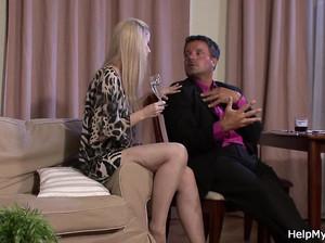 Жена с маленькими сиськами выпила и пригласила молодчика для секса, а муж смотрит