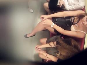 Дрочер снимает скрытой камерой ноги толстых телок в метро