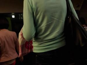 Снимает скрытой камерой упругие жопы девок в джинсах