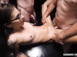 Девушку в очках пустили по кругу и накончали в ее дырку