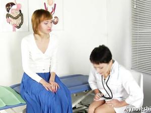 ginekolog-lizhet-patsientku-porno