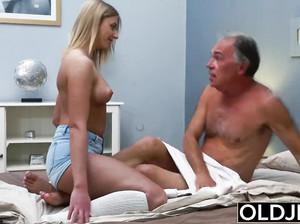 Старый седой дед выебал молодую блондинку раком