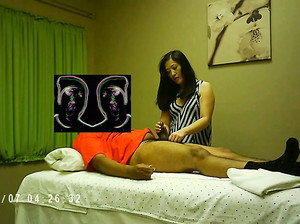 Юлия профессионально делает массаж члена  клиенту