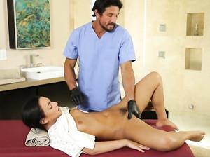Гинеколог сделал крутой секс массаж пациентке