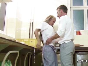 Два мужичка жарят сочную зрелую милфу на кухне