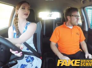 Очкастая рыжая водитель фейк такси сосет у пассажира
