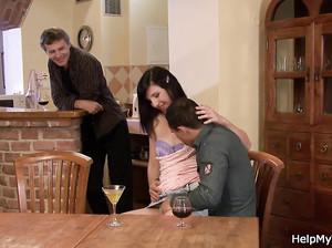 Муж позвал товарища чтобы тот выебал его жену