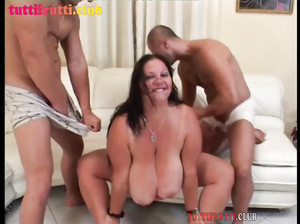 Два дрыща трахают нереально жирную бабу
