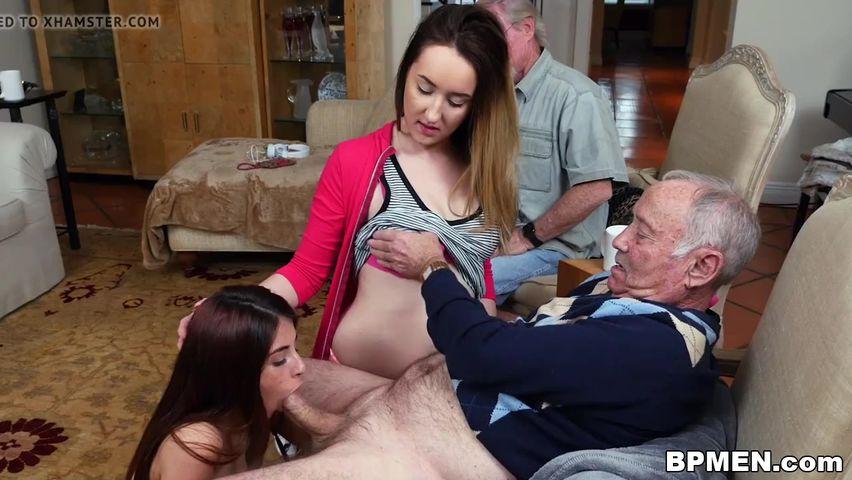 Деда трахнул блондинку медсестру у него дома на полу