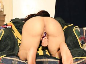 Дейзи страстно дрочит свою вагину