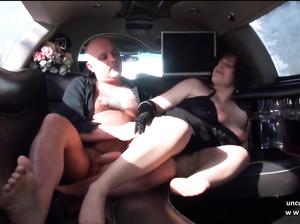 Пожилая шаболда в чулках ебется с мужиком в лимузине