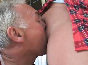 Пожилой старик вылизал пизду девки после того как она поссала
