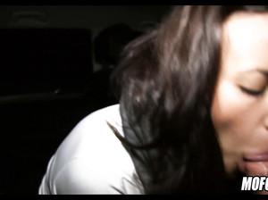 Смачный минет в машине от девахи