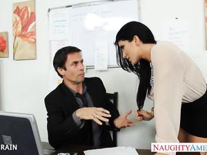 Отличный секс в офисе с роскошной брюнеткой