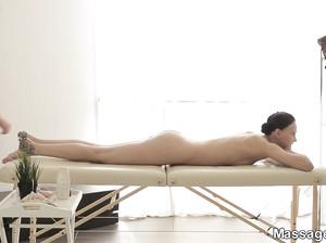 Сучка получила дикий оргазм на массаже