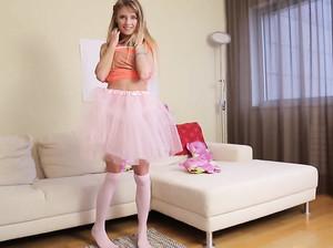 Худенькая Моника показывает свою розовую киску